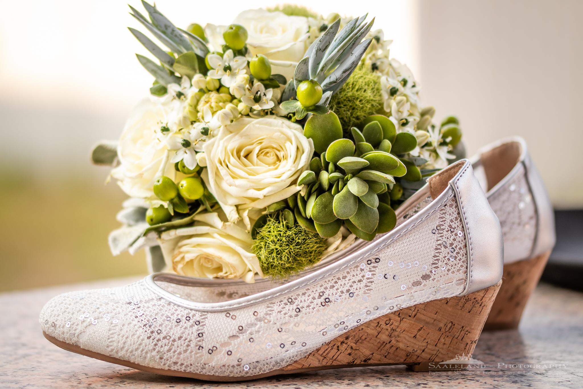 Hochzeitsschuhe mit Brautstrauß